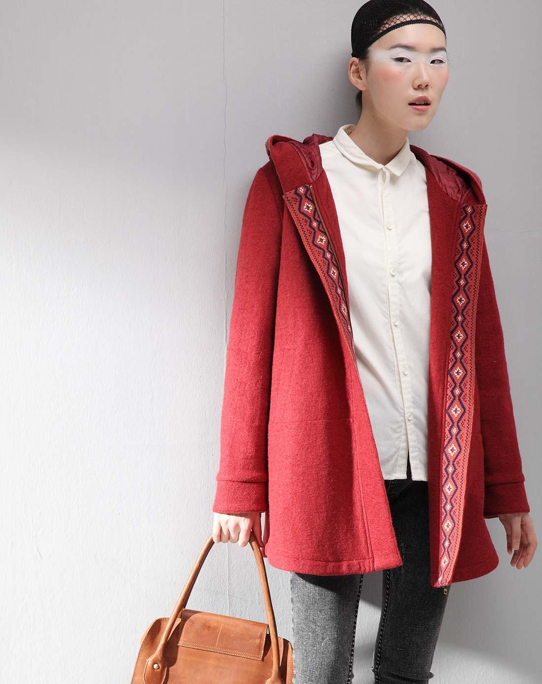 酒红色外套