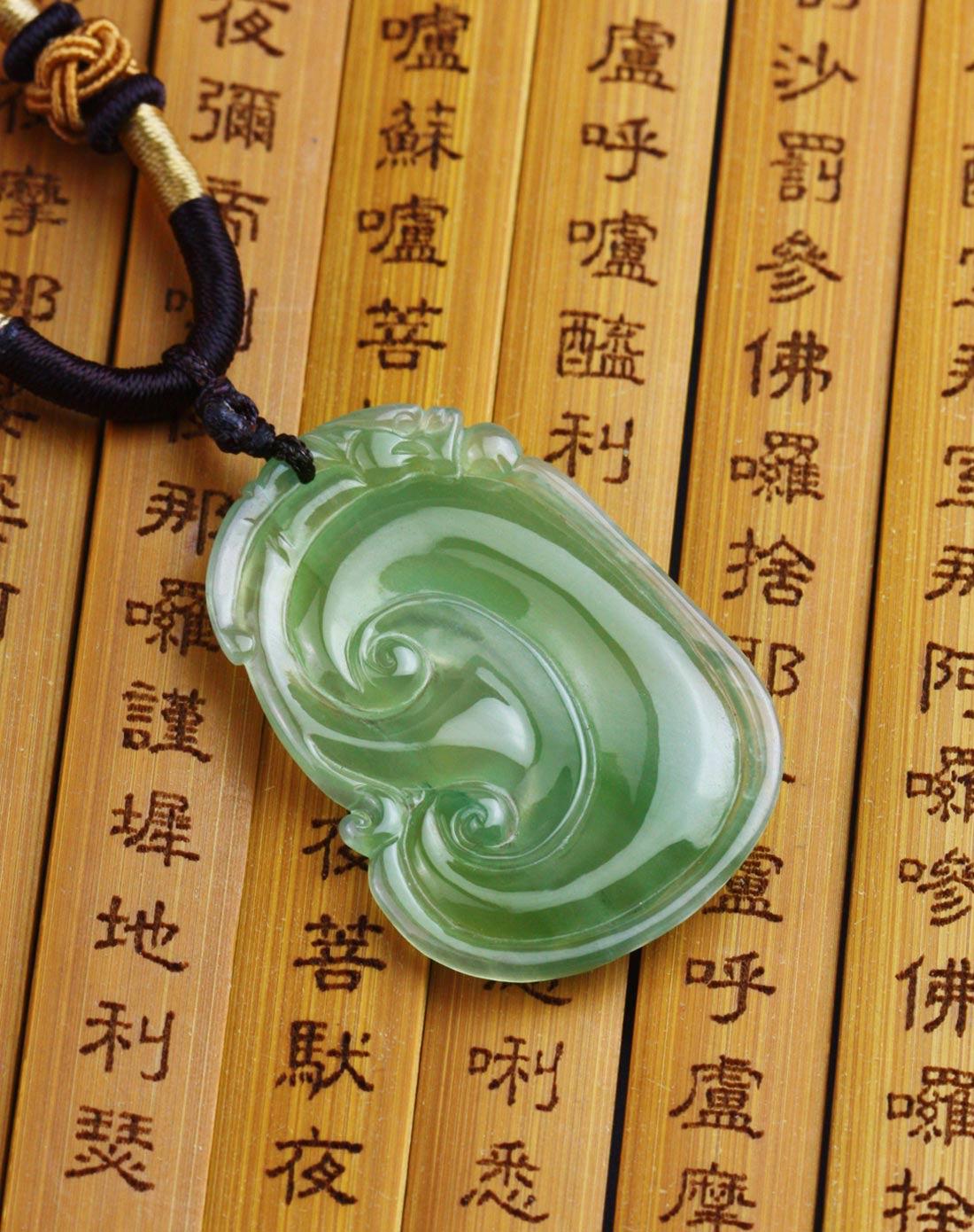 浅绿翡翠a货手工雕刻如意貔貅吊坠附证书