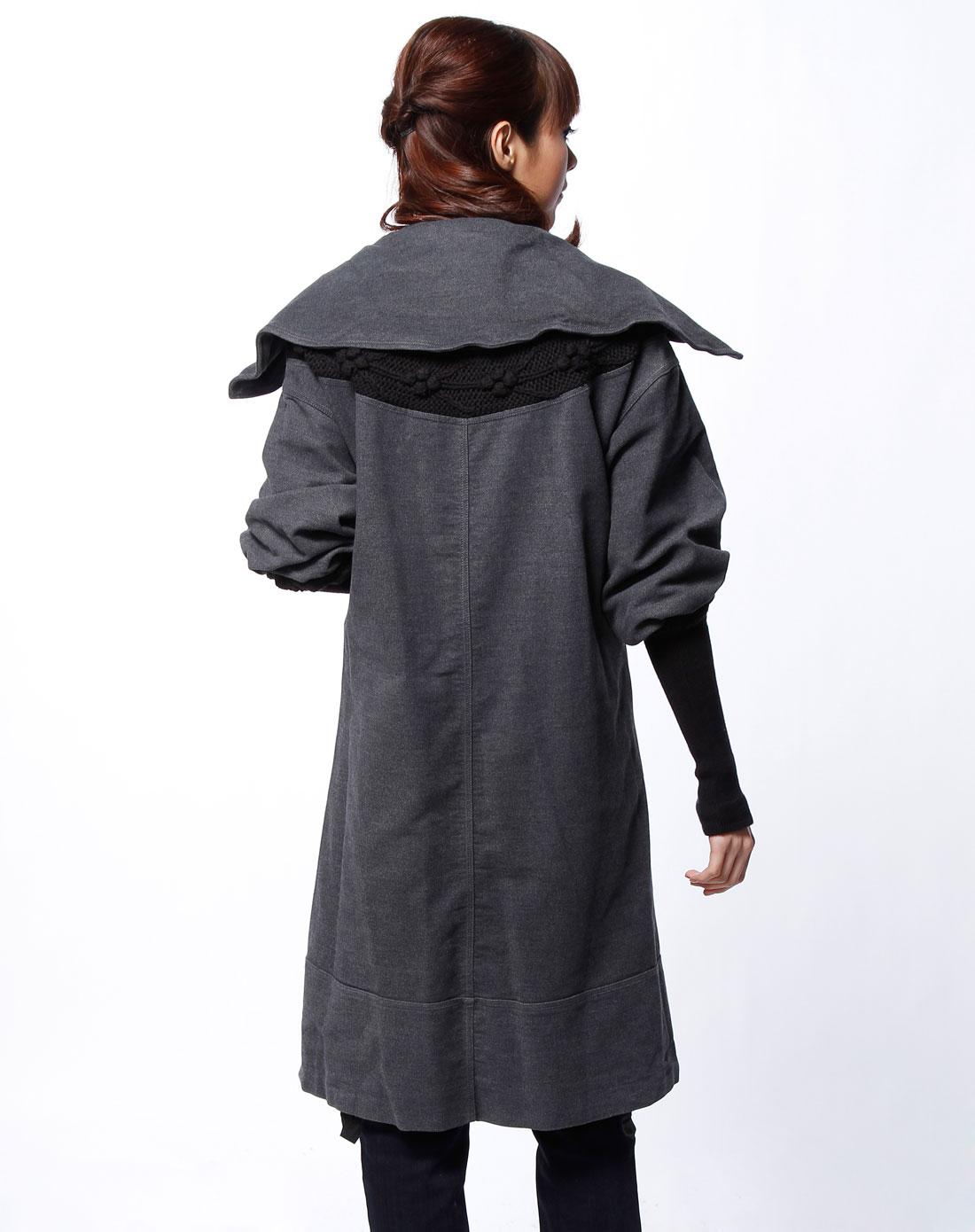 深灰色翻领中袖大衣