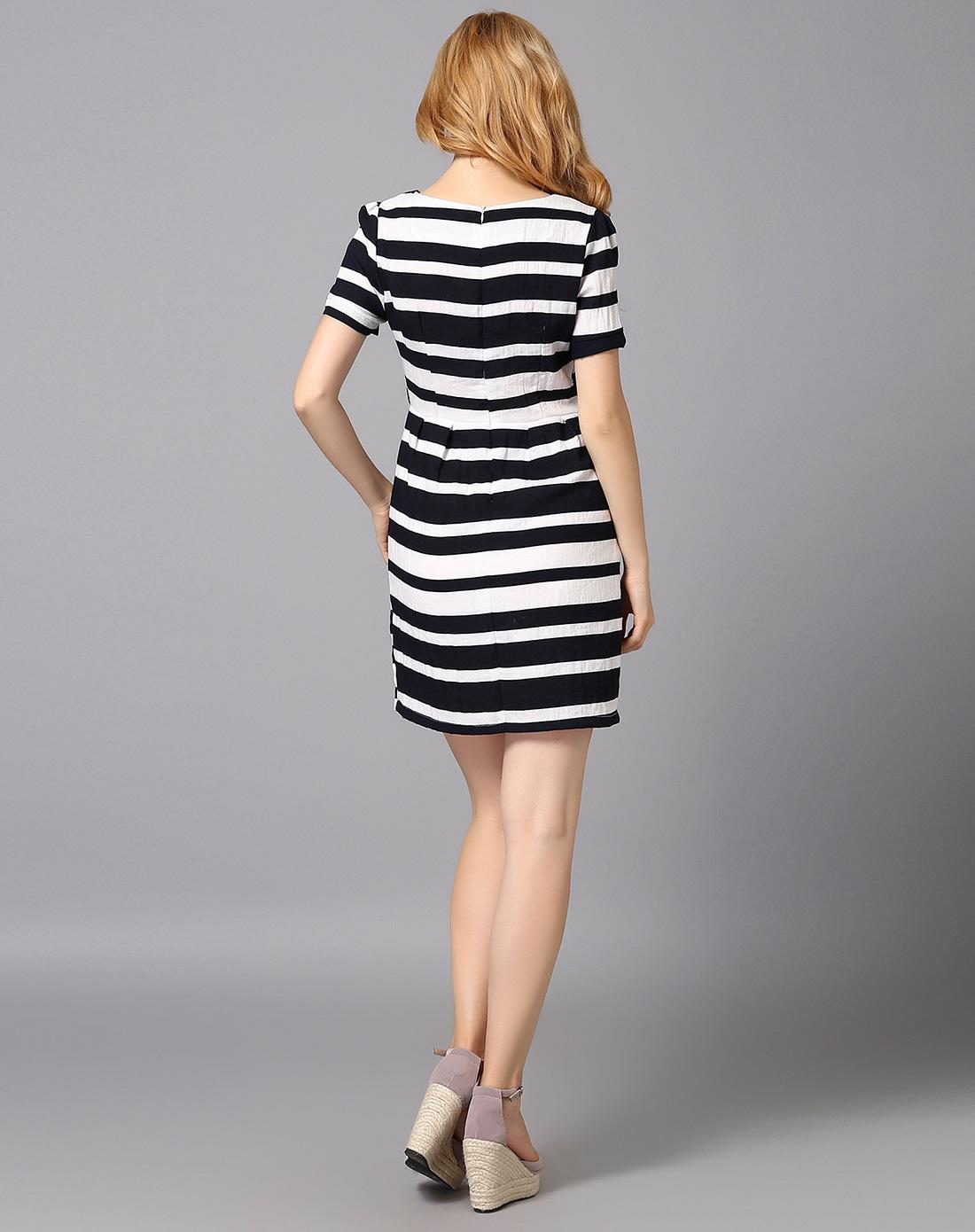 黑白色横条纹连衣裙
