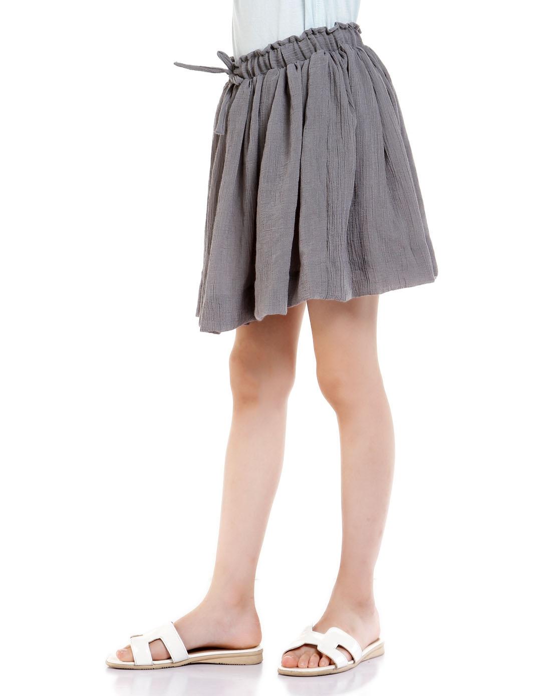 女童活泼可爱深灰色短裙