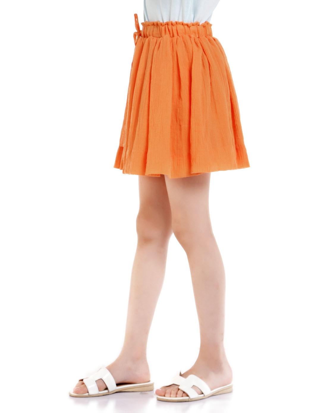 女童活泼可爱橙色短裙