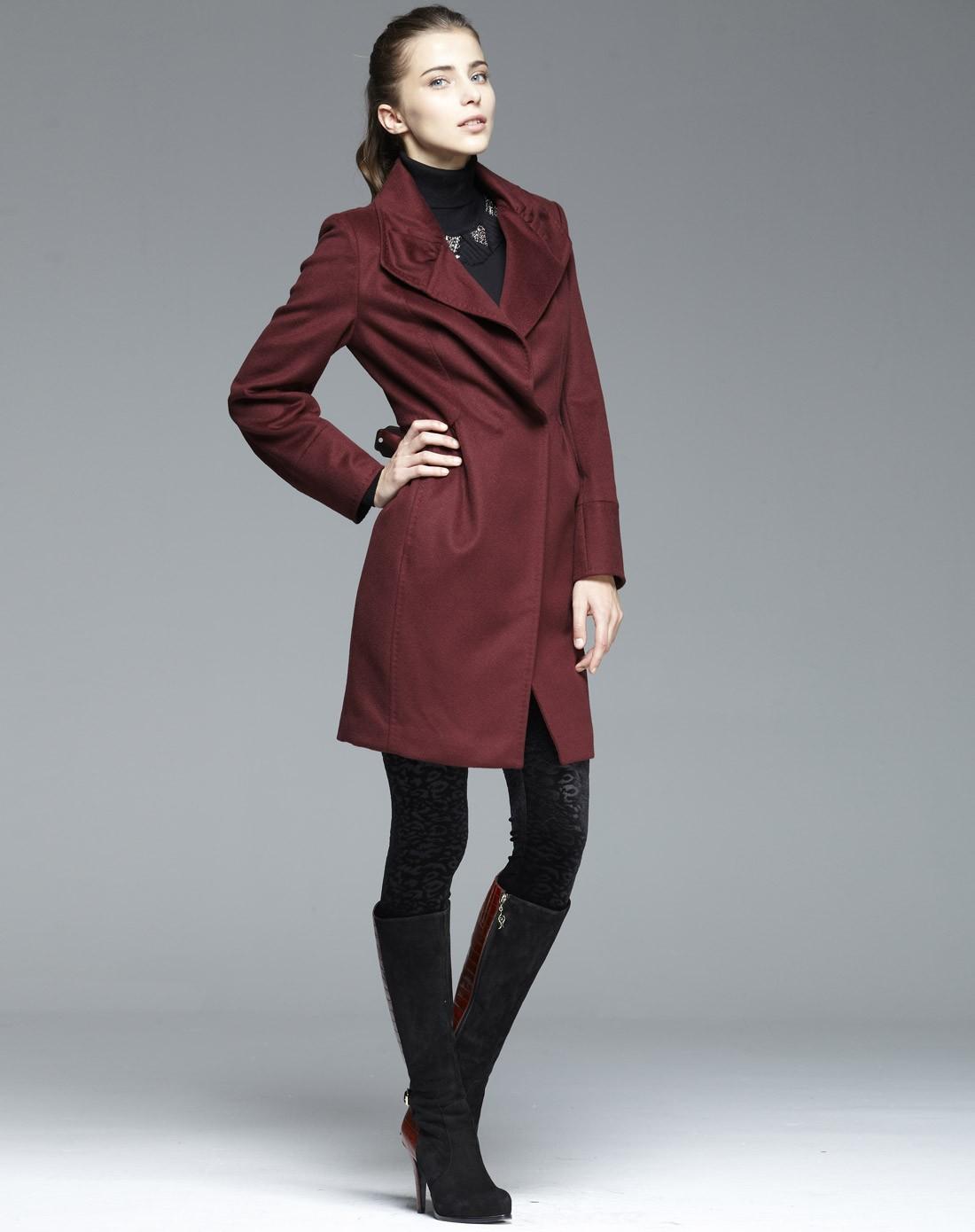 鞋子与服装的搭配_玫红大衣怎么搭配,我比较胖,肤色偏白,但是穿深色衣服却不 ...