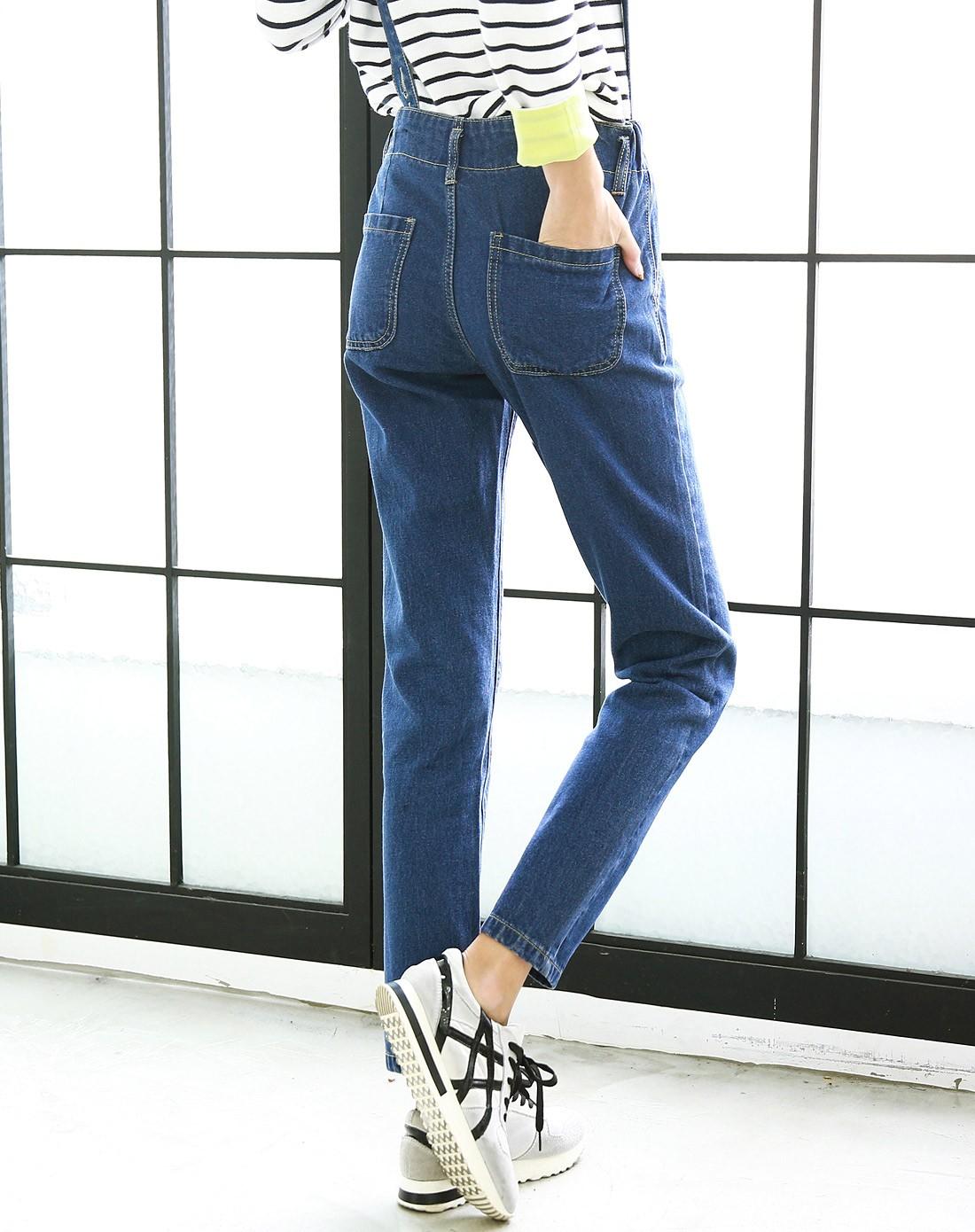 蓝色背带牛仔裤