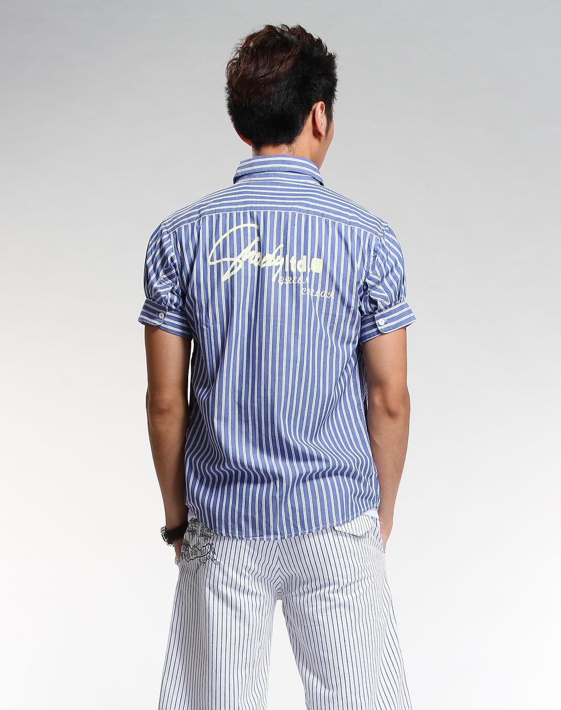 浅蓝色条纹短袖衬衫