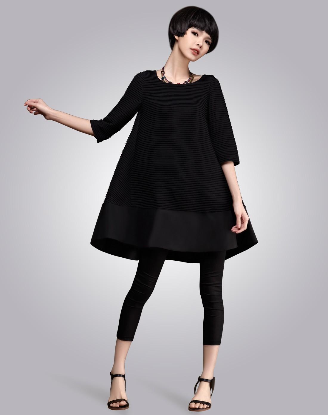 女黑色连衣裙