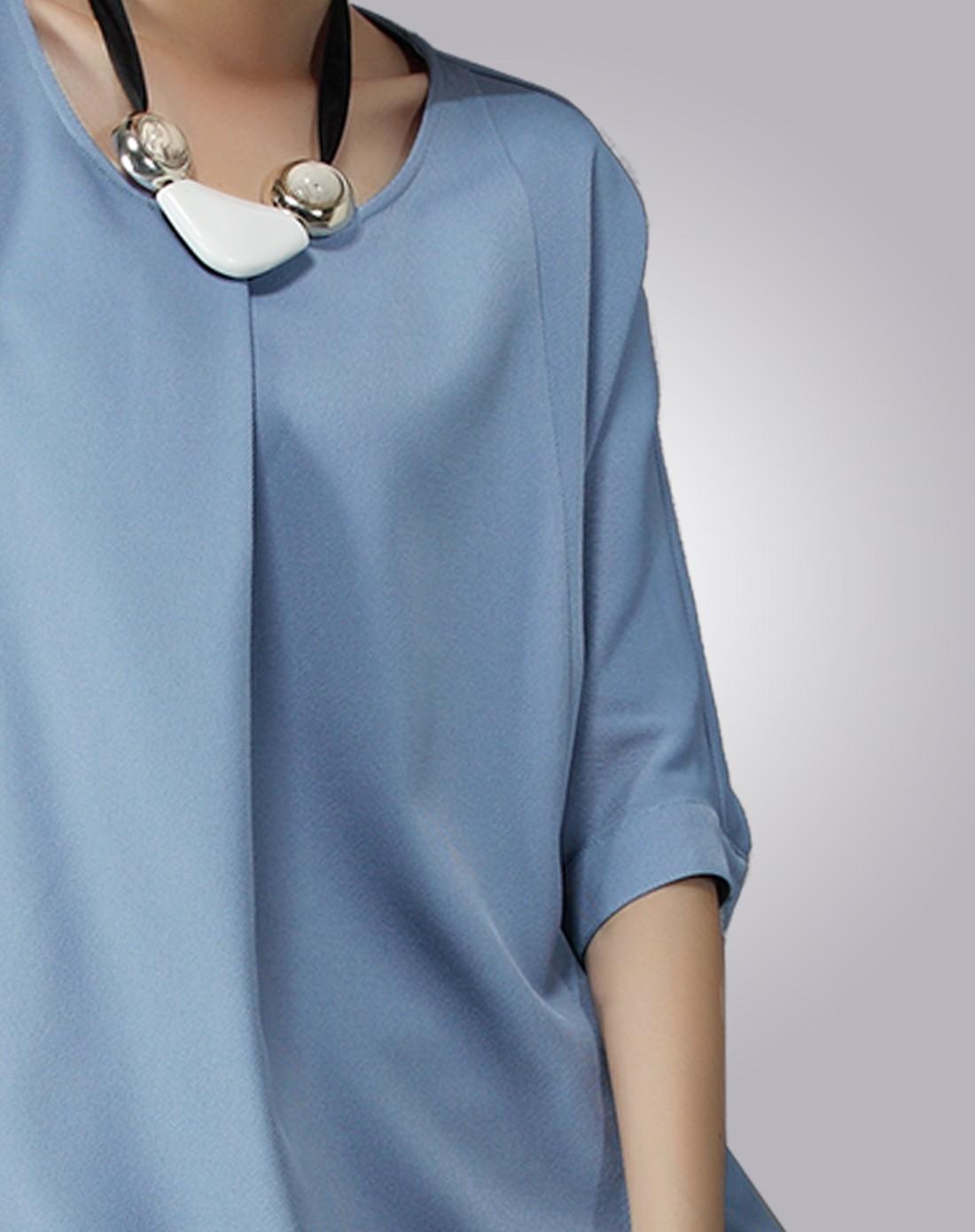 女蓝色连衣裙