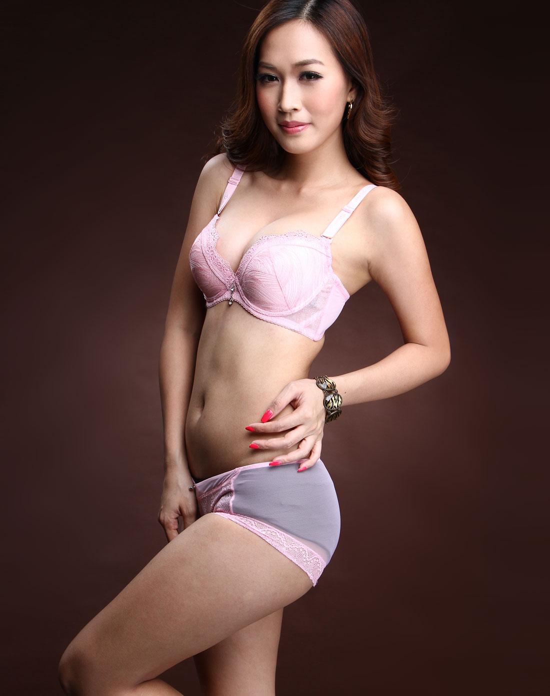 粉红色绣花文胸内裤套装