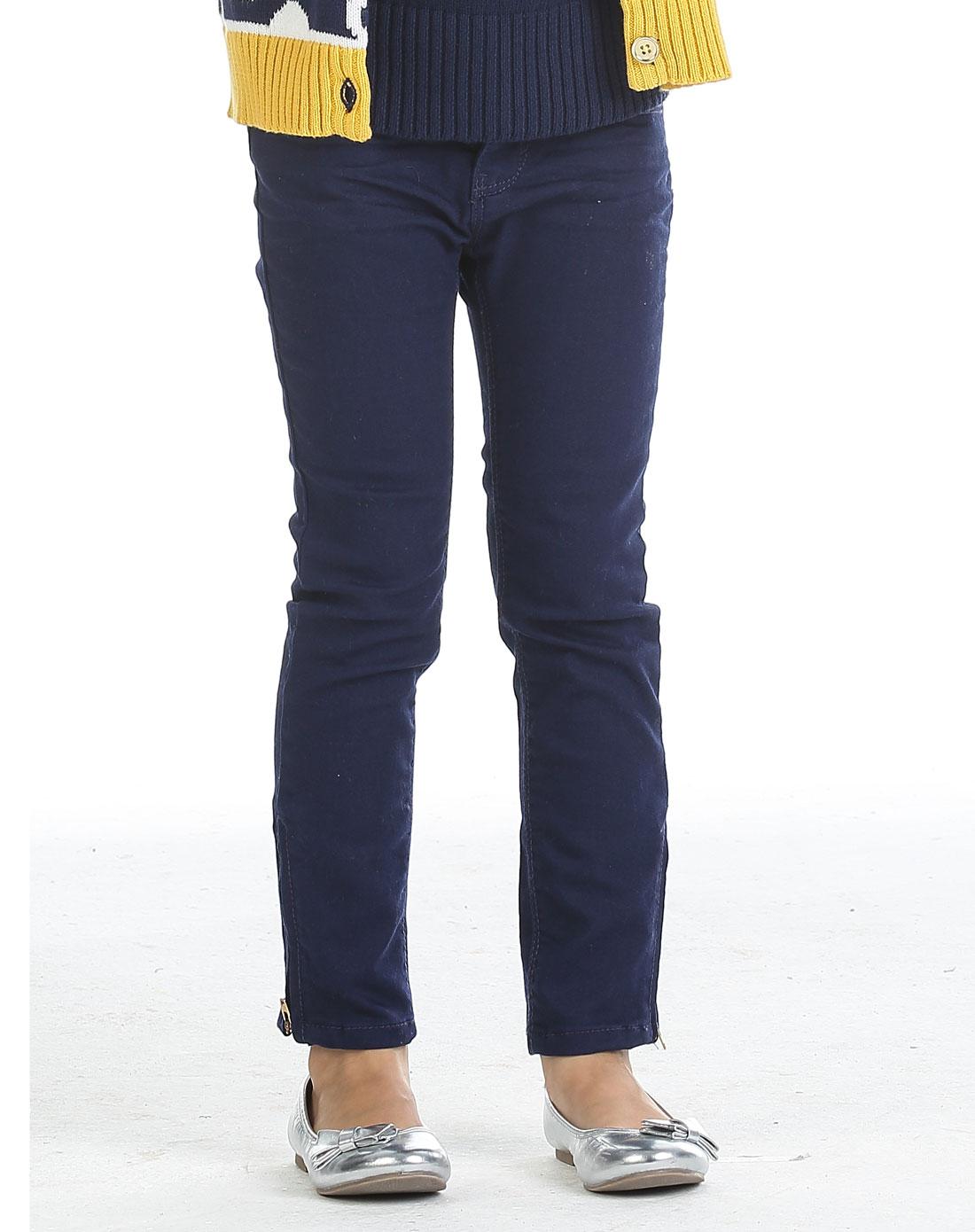 女孩深蓝色拉链紧身牛仔裤
