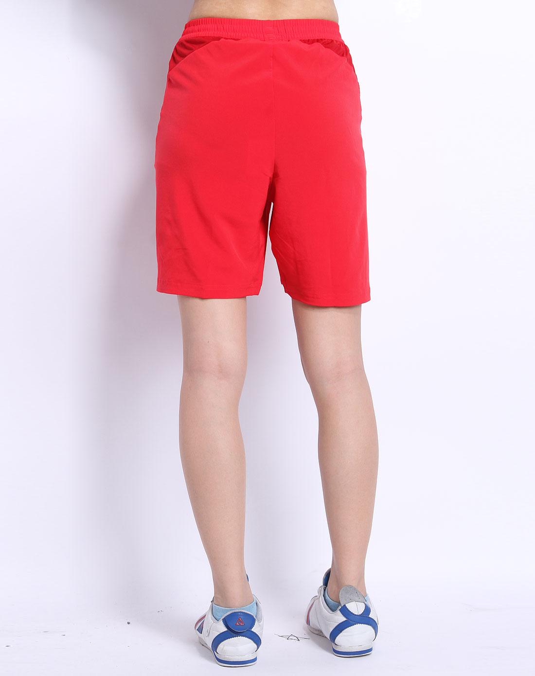 红色运动条纹短裤