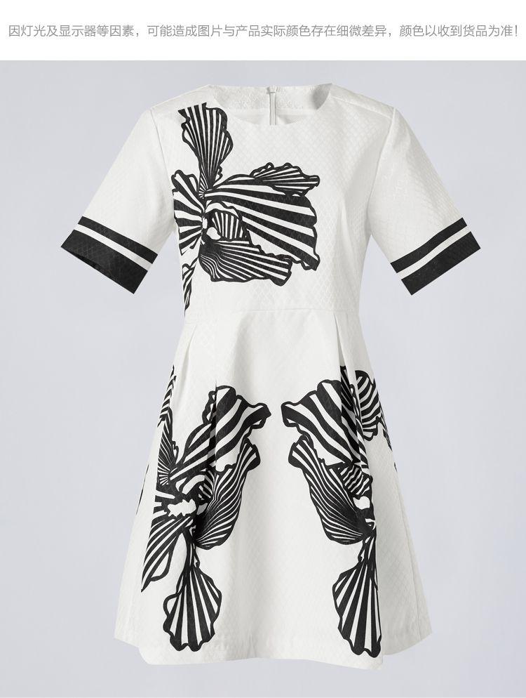 黑白纹样定位印花连衣裙