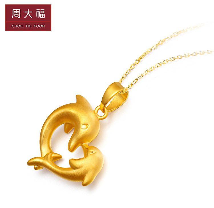周大福 心形海豚爱恋足金黄金吊坠(不含项链)(定价)