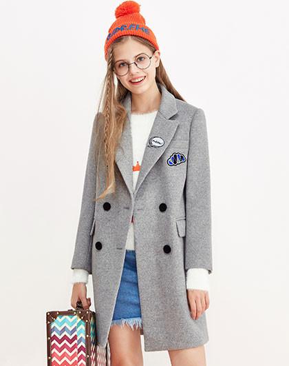 森马毛呢外套女士西装领长款绣花字母绣章呢子大衣图片